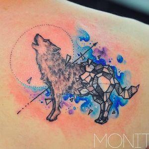 Beautiful geometric wolf tattoo by Monica Gomes #wolftattoo #monicagomes #monitattoo #freehandtattooartist #watercolor #wolf #geometric #blackwork #dotwork