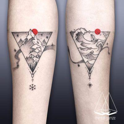 Paisagens #MentatGamze #amor #love #coupletattoo #tattoodecasal #matchingtattoo #casal #paisagem #landscape #montanha #mountain #mar #sea #ocean #barco #boat #triangle #triangulo