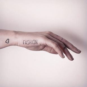 Simple fashion tattoo by Melina Wendlandt #blacktattooart #blackwork #blackworkers #btattooing #dotwork #linework #MelinaWendlandt #fingertattoo #fashion