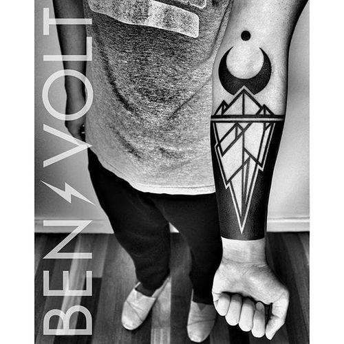 An awesome chrystal-like blackwork piece with a crecent moon by Ben Volt (IG—benvolt). #BenVolt  #blackwork #Bold #forearm #negativespace