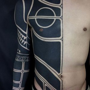 More of Nissaco's astounding large-scale blackwork (IG—nissaco). #blackwork #geometric #Nissaco #sleeves