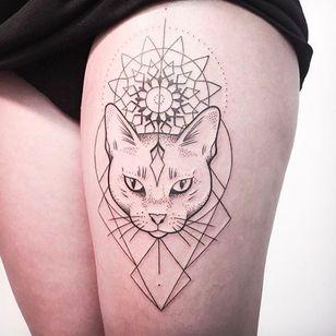 Linework cat head by Melina Wendlandt #cat #cathead #portrait #linework #dotwork # btattooing #fineline #MelinaWendlandt