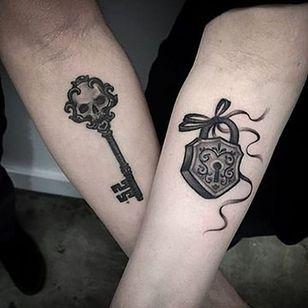 Skeleton key and lock via lazerliz #skeleton #skeletonkey #lock #blackandgrey #couplestattoo #elizabethmarkov #bangbangnyc #matchingtattoos