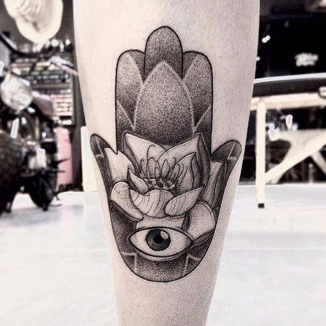 Hamsá por Wesley Maik! #WesleyMaik #Tatuadoresbrasileiros #tatuadoresdobrasil #tattoobr #tattoodobr #SãoPaulo #blackwork #hamsa #maodefatima #dotwork #pontilhismo