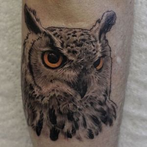 Sometimes Ash Higham (IG—ashhighamtattoos) adds just a hint of color to his black and grey realism. #animals #AshHigham #blackandgrey #color #owl #realism
