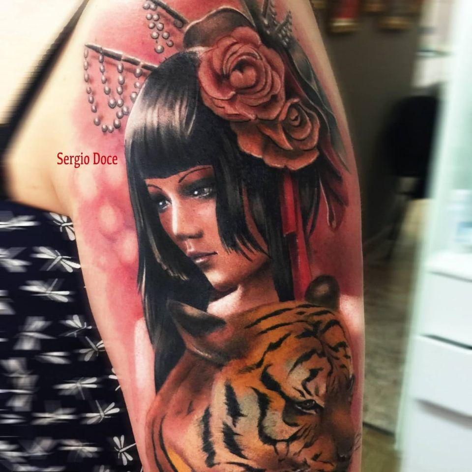 Beleza reluzente #SergioDoce #gueixa #gueixatattoo #japao #japan #tradição #cultura #mulher #woman #oriental #tigre #tiger #rose #rosa #flor #flower