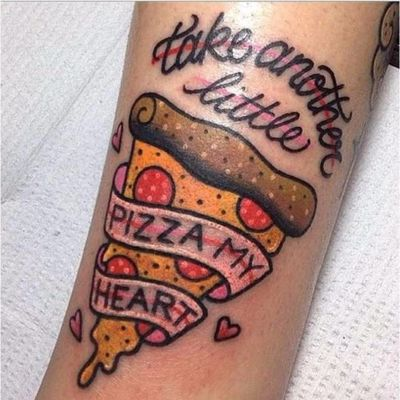 Pizza não vai pro estômago, vai pro coração <3 #KellyMcGrath #PizzaTattoo #pizzalovers #pizza #pizzaday #diadapizza #coração #heart