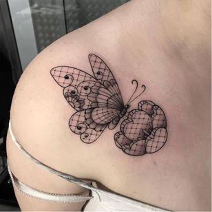 Pra encerrar apaixonados, essa borboleta perfeita! #borboleta #butterfly #LuizaFortes #tatuagensColoridas #colorful #fineline #traços #minimalista #artistaNacional #brasil