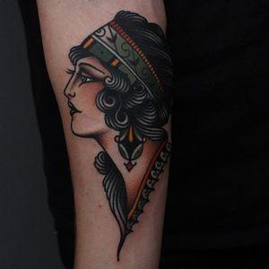 One of Tony Nilsson's (IG—tonybluearms) gorgeous lady heads wearing a headband. #color #ladyhead #TonyNilsson #traditional