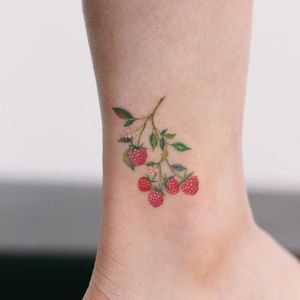 Raspberry sweetie. Tattoo by Saegeemtattoo #Saegeemtattoo #cutetattoos #color #fruit #raspberry #foodtattoos #nature #leaves #branch #flowers
