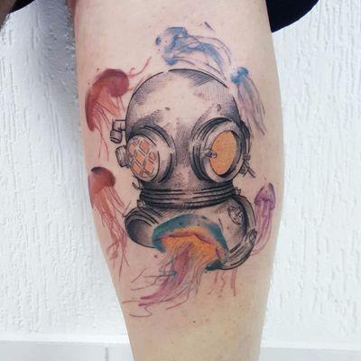 Mergulhador por Dani Bastos! #DaniBastos #tatuadorasbrasileiras #tattoobr #brasília #diver #mergulhador #aguaviva #jellyfish