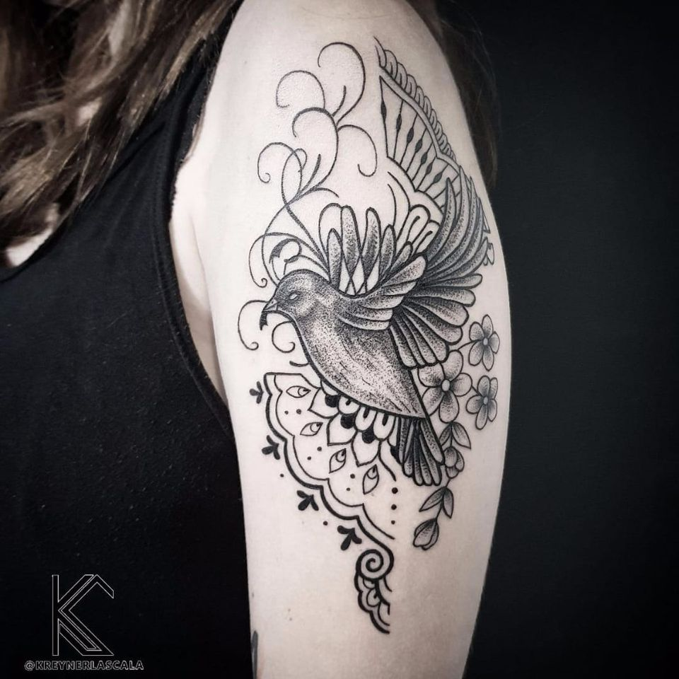 #KreynerLaScala #brasil #brazil #brazilianartist #tatuadoresdobrasil #balckwork #pontilhismo #dotwork #ave #passaro #bird #flor #flower #folha #leaf