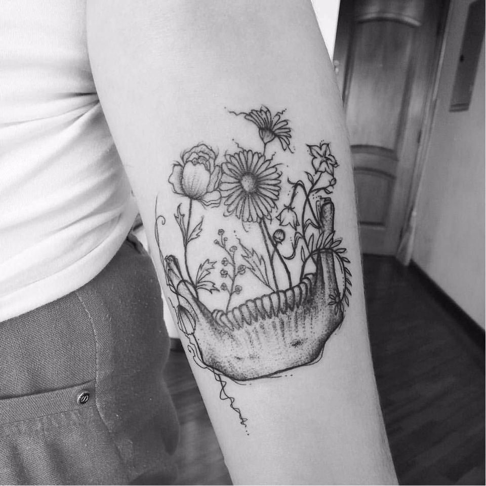Por Jessica Rodrigues! #JessicaRodrigues #finelinetattoo #fineline #dotwork #dotworktattoo #pontilhismo #skull #flowers #tatuadorasdobrasil