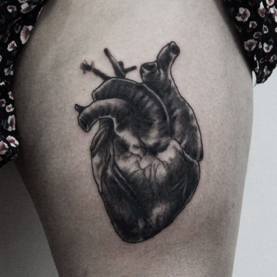 Coração anatômico. #CarolineWestt #TatuadorasDoBrasil #blackwork #coração #heart #coraçãoanatômico #anatomicalheart