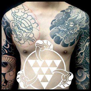 Adding a chest plate to a black and grey Japanese sleeve by Rhys Gordon #RhysGordon #Japanese #traditionaljapanese #sleeve #Japanesesleeve #chestplate #snake #dragon