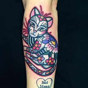 I love how flowery this kitty by Dani Queipo is. #bold #cats #cattoos #DaniQueipo #traditional