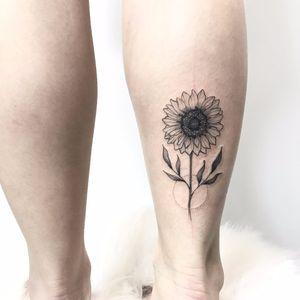 #SindyBrito #tatuadorasdobrasil #blackwork #delicadas #fineline #traçofino #cute #girassol #sunflower