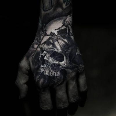 Incredible skull tattoo by Stefano Alcantara #StefanoAlcantara #Handtattoos #blackandgrey #whiteink #realism #realistic #hyperrealism #illustrative #vines #plants #ivy #skull #death #bones #shadow #tattoooftheday