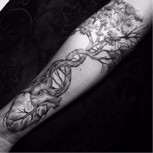 Coração da natureza #DavidRocha #brazilianartist #tatuadoresdobrasil #brasil #brazil #neotraditional #realismo #realism #arvore #tree #coraçãoanatomico #anatomicalheart #blackwork #nature #natureza