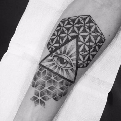Iluminateis. #MateusMattar #blackwork #geometria #geometry #TatuadoresDoBrasil #olhoquetudove #olho #eye #pontilhismo #dotwork #triangulo #triangle