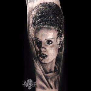 Intense constrasts in this Bride of Frankenstein Tattoo by Javier Antunez @Tattooedtheory #JavierAntunez #Tattooedtheory #Blackandgrey #Realistic #Bride #brideoffrankenstein