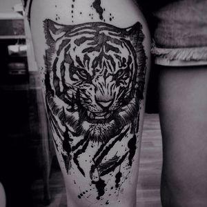Tigre por Wesley Maik! #WesleyMaik #Tatuadoresbrasileiros #tatuadoresdobrasil #tattoobr #tattoodobr #SãoPaulo #blackwork #tiger #tigre #animal