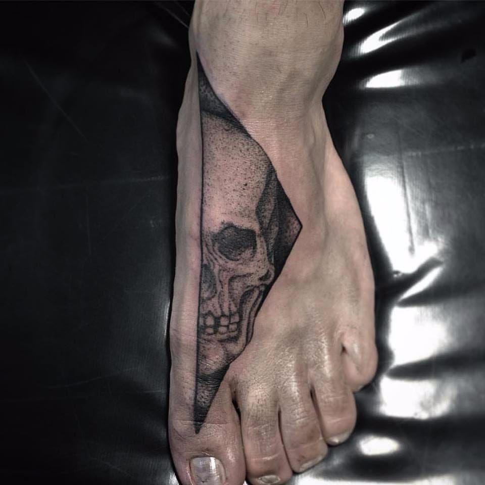 A caveira está te observando #PolyannaCorrea #tattooartist #TatuadorasDoBrasil #brasil #brazil #brazilianartist #artistabrasileira #caveira #cranio #skull #dotwork #pontilhismo #blakwork #halfskull #meiacaveira #fineline