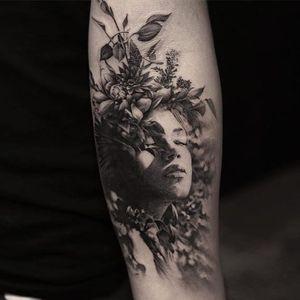 A beautiful lady adorned with flowers by Oscar Akermo (IG-oscarakermo). #blackandgrey #flora #lady #OscarAkermo #portraiture #realism