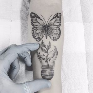 Trabalho do artista Cabelo Tattoo! #CabeloTattoo #tatuadoresbrasileiros #fineline #dotwork #pontilhismo #butterfly #borboleta #lamp #lâmpada #plant #planta #natureza