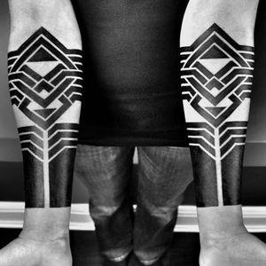 A pair of perfectly symmetrical forearm bands by Ben Volt (IG—benvolt). #abstract #avantgarde #BenVolt #bold #blackwork #experimental #geometric #minimalist #ornamental