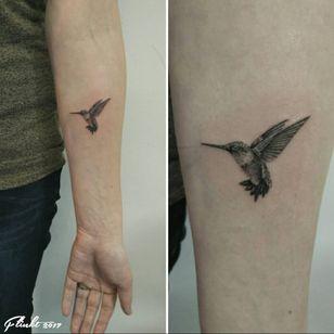 A tiny realistic hummingbird by Francine Launspach (IG—francine_launspach). #blackandgrey #FrancineLaunspach #hummingbird #microtattoo #realistic