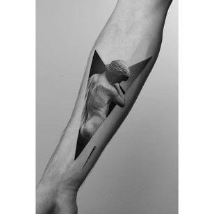 A breathtaking nude by Pawel Indulski (IG—dotyk.tattoo). #artistic #blackandgrey #dotwork #PawelIndulski #pointillism #statuesque #stippling