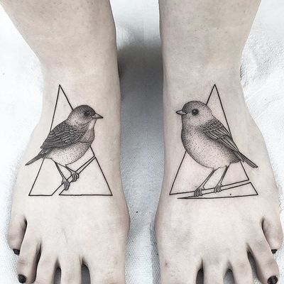 Foot birds by Michele Volpi #MicheleVolpi #bird #geometric #triangle #blackandgrey #tattoooftheday