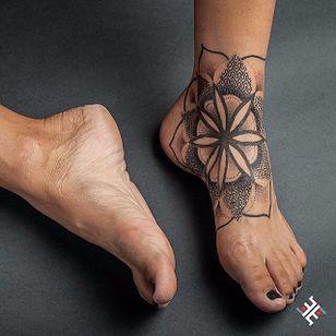 Dotwork Mandala Tattoo #Dotwork #Geometric #DotworkGeometric #PatternTattoos #Effedots