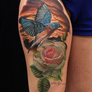 Yeah yeah, another rose. But let's focus on that unbelievable bird and background instead, shall we? by Phil Garcia (via IG- @philgarcia805) #philgarcia #photorealism #realism #realistictattoo