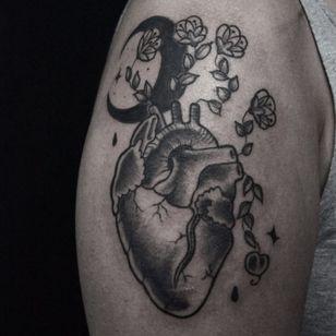 #CarolineWestt #TatuadorasDoBrasil #blackwork #coração #heart #coraçãoanatômico #anatomicalheart