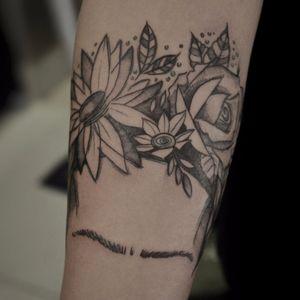 Flores! #TamiresMandacaru #TatuadorasDoBrasil #brazilianartist #brasil #brazil #sketchstyle #estilorascunho #fineline #flores #flowers #botanical #botanica #blackwork