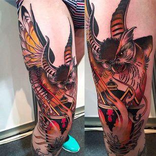 Massive knee tattoo of a beautiful owl in flight. Tattoo by Evgenia Sin. #EvgeniaSin #neotraditional #coloredtattoo #owl
