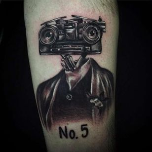 Funny take on Johnny 5 by Lindsey Pergentile(via IG -- lindseytattooist) #lindseypergentile #johnny5 #johnnyfive #johnny5tattoo #shortcircuit #shortcircuittattoo