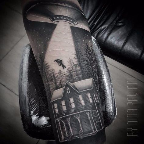 Abdução por Nina Paviani! #NinaPaviani #tatuadorasbrasileiras #tatuadorasdobrasil #tattoobr #tattoodobr #abdução #abduction #alienabduction #blackandgrey