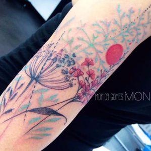 Toda delicadeza do mundo nessa tatuagem #MonicaGomes #brazilianartist #brasil #brazil #TatuadorasDoBrasil #flores #flowers #folhas #leafs #plantas #plants