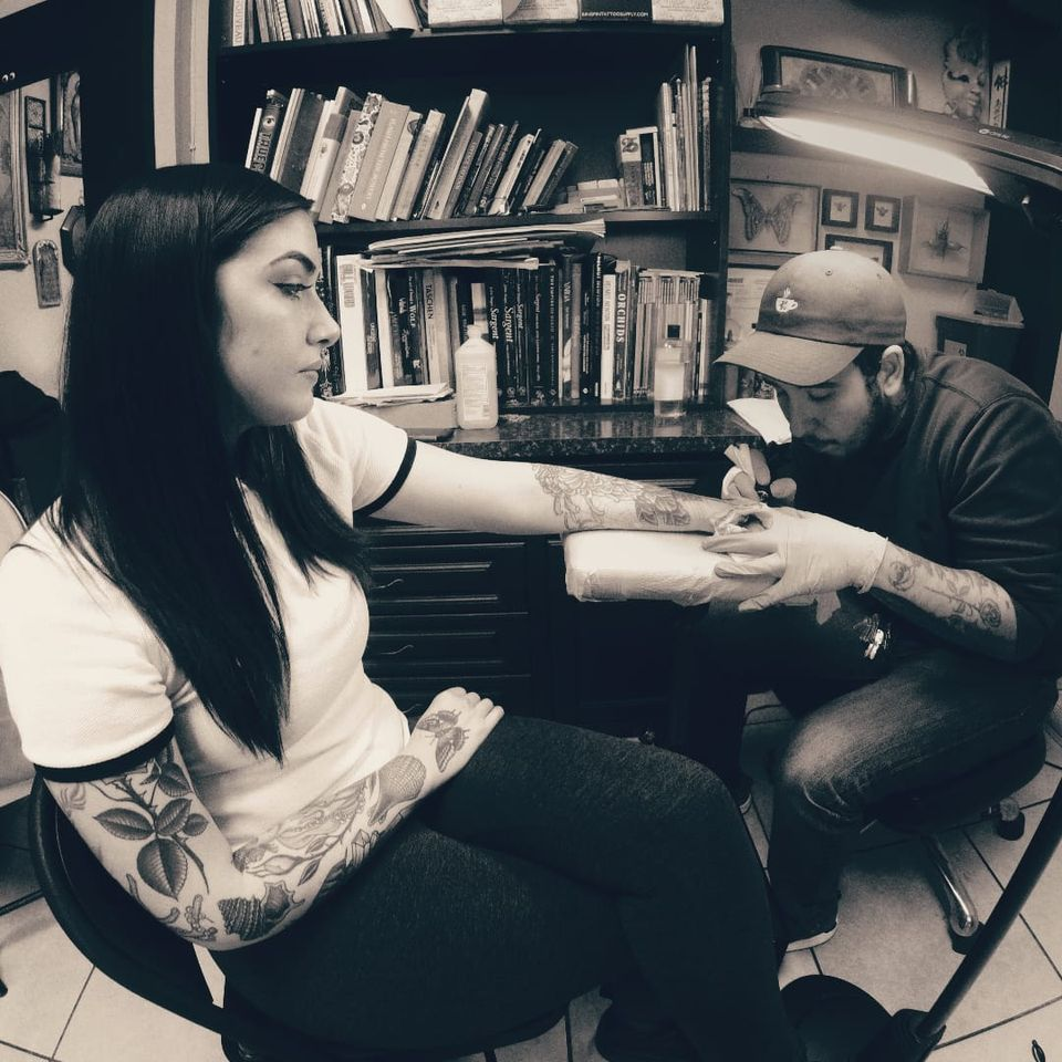 Javier Betancourt tattoos a client with a beautiful collection of his work. (IG - javierbetancourt) #SESSIONS #JavierBetancourt #OchoPlacas #handtattoo #Miami