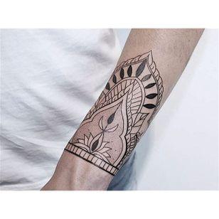 Decorative Wrist by Zelina Reissinger (via IG-hala.chaya) #wrist #forearm #linework #clean #simplistic #elegant #ZelinaReissinger
