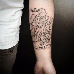 Homenagem ao filho tatuada por Caio Cruz! #CaioCruz #tatuadoresbrasileiros #lettering #letteringtattoo #letteringartist #customlettering #family #familytattoo