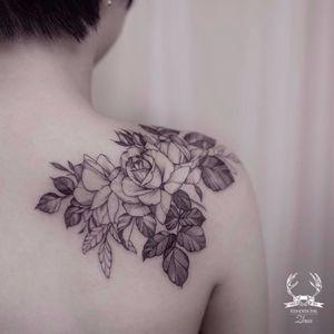 É muita lindeza #Zihwa #delicate #delicada #botanica #botanic #flores #flowers #gringa #fineline #blackwork #rose #rosa