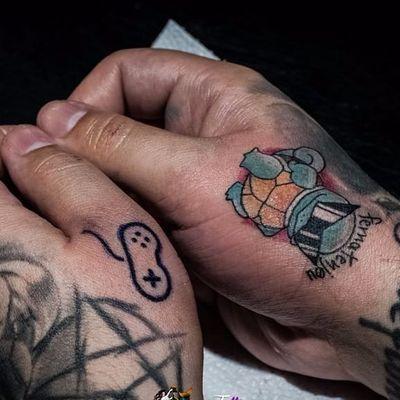 Tatuagens feitas por Ferna, com direito a assinatura a pedido do cliente! #FernaTenjou #Tatuadorasbrasileira #pokemon #squirtle