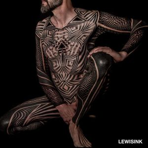 A badass illusory bodysuit by Lewisink (IG—lewisink). #blackwork #geometric #Lewisink #opticalillusion