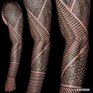 Pointillism optical illusion tattoo by Lewis Ink. #LewisInk #Kinetink #opticalillusion #geometric #pointillism #geometry