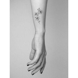Floral micro-tattoo by Lara Maju. #LaraMaju #flower #floral #subtle #micro #microtattoo #tiny #feminine #mini
