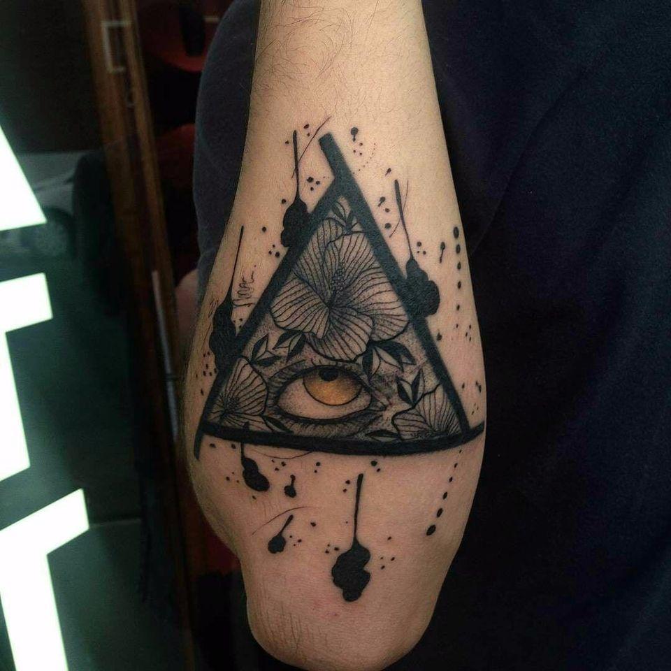 Tattoo por Wesley Maik! #WesleyMaik #Tatuadoresbrasileiros #tatuadoresdobrasil #tattoobr #tattoodobr #SãoPaulo #blackwork #eye #olho #flower #flowers #flor #flores #triangle #triângulo